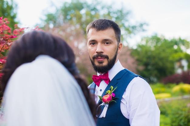 Noivo com uma barba, olhando para a noiva
