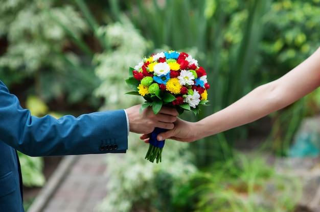 Noivo dá à noiva um lindo buquê de casamento.