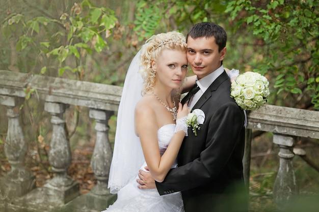 Noivo e a noiva durante a caminhada no dia do casamento