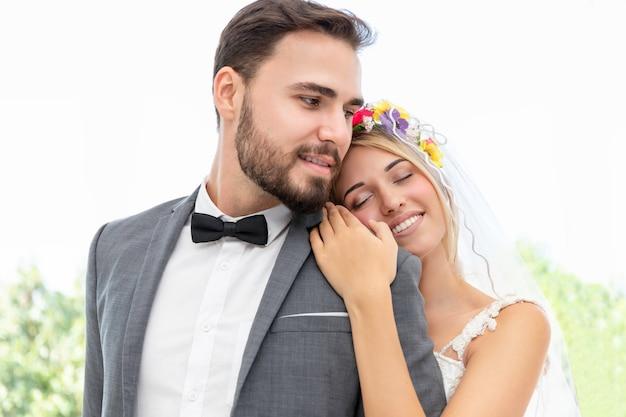 Noivo e noiva casal de caucasiano abraço no estúdio de casamento.