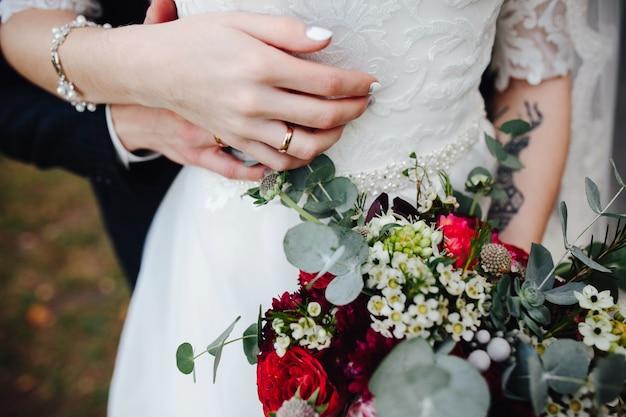 Noivo e noiva de mãos dadas