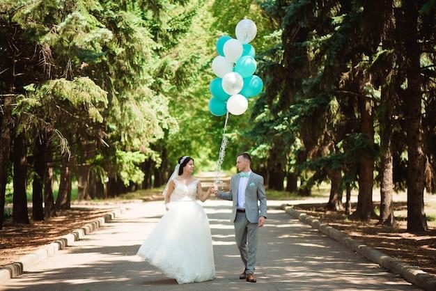 Noivo e noiva felizes em seu casamento.