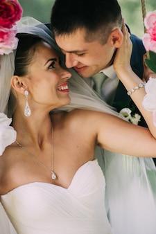 Noivo e noiva no balanço