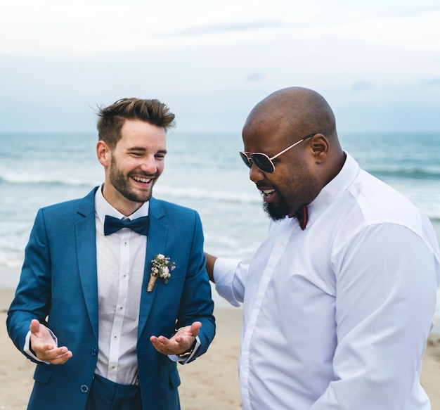 Noivo e padrinho na praia