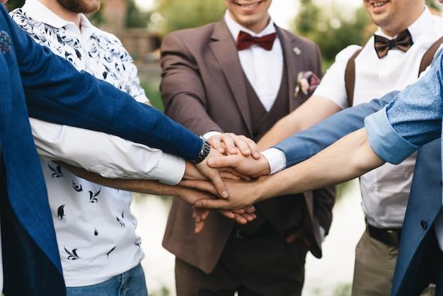 Noivo e seus amigos, mãos de close-up