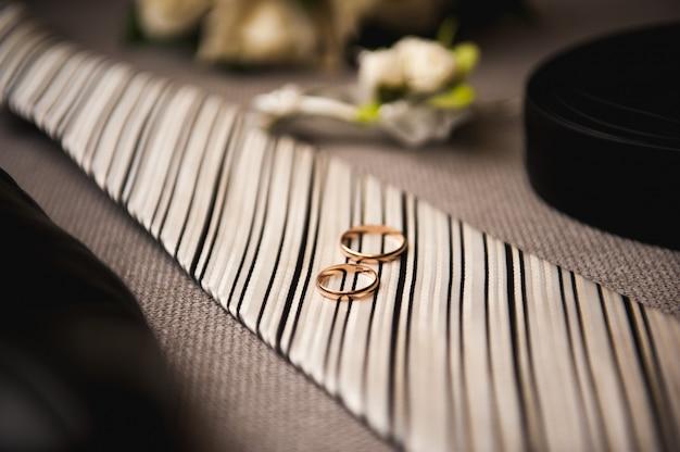 Noivo elegante jovem atraente vestido de smoking traje de casamento