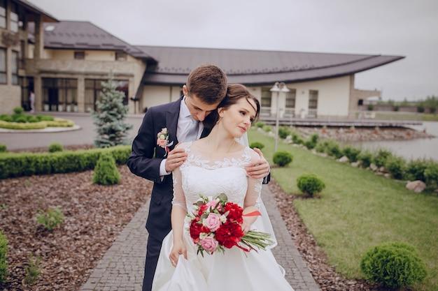 Noivo encantador que abraça a noiva