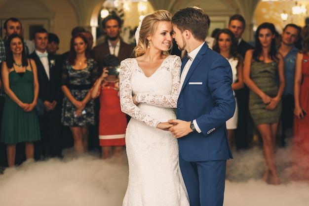 Noivo mantém a mão da noiva macia durante sua primeira dança