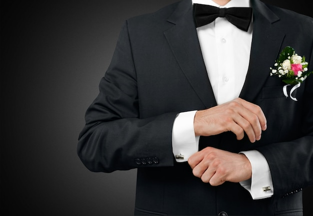 Noivo masculino em terno de casamento com gravata borboleta preta