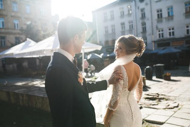Noivo no amor tocando o braço de sua esposa