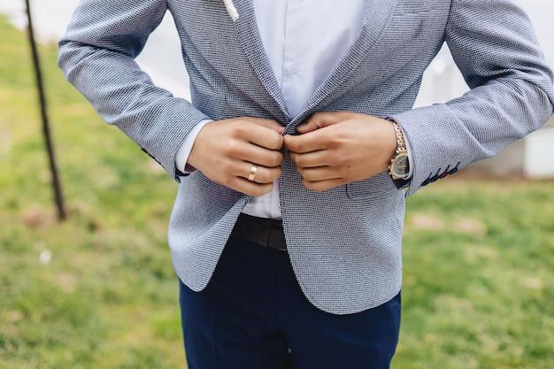 Noivo reunião, detalhes, jaqueta, sapatos, relógios e botões no dia do casamento