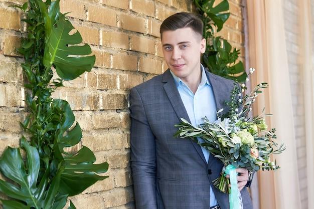 Noivo se preparando para o casamento. futuro marido