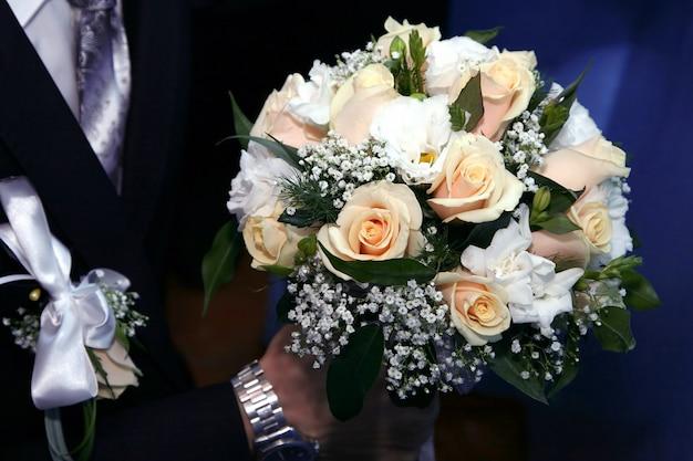 Noivo segurando um buquê de rosas. amor e relações familiares