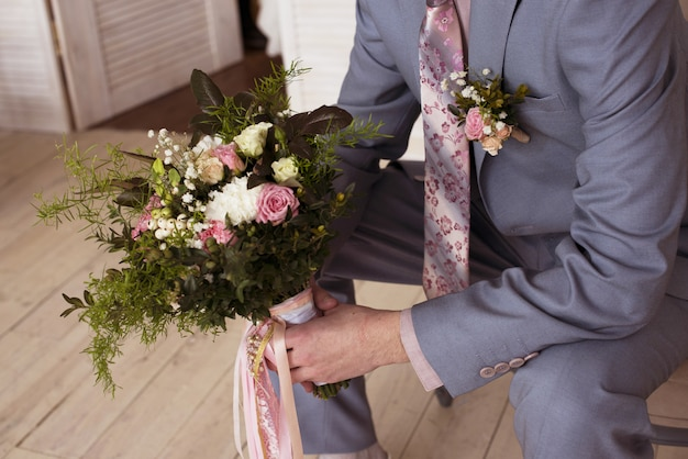 Noivo tem bouquet de noiva no casamento