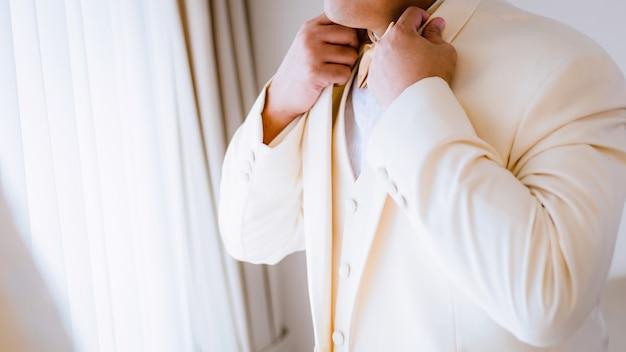 Noivo tocando gravata borboleta