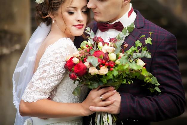 Noivos de mãos dadas. casamento.
