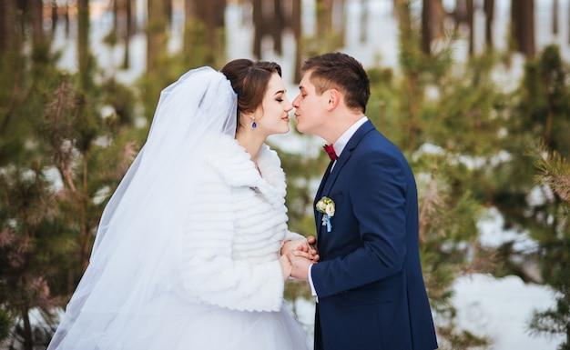 Noivos felizes no dia de inverno em seu casamento