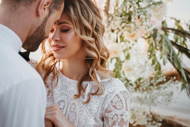 Noivos lindos em um casamento na praia Foto gratuita