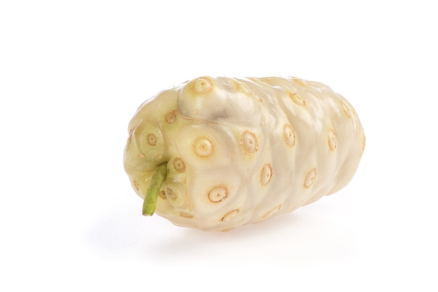 Noni maduro, fruta isolada no fundo branco.