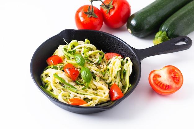 Noodles de guilhotina livre de culpa caseiro de conceito de comida saudável, macarrão com tomate na panela de frigideira de ferro