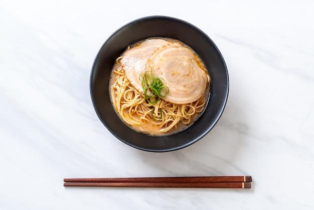 Noodles de ramen tonkotsu com carne de porco chaashu