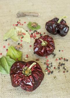 Nora spanish pimentos secos com pimenta em fundo têxtil