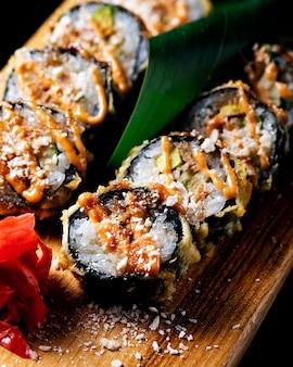 Nori de sushi em uma placa de madeira.