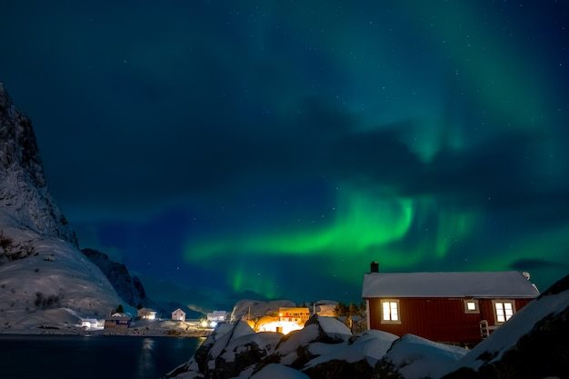 Noruega. lofoten. aldeia norueguesa na ilha hamnoy. noite de inverno. aurora boreal