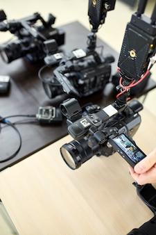 Nos bastidores da filmagem ou produção de vídeo e equipe de equipe de filmagem com equipamento de câmera em local externo.