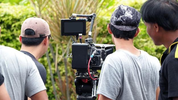 Nos bastidores da filmagem ou produção de vídeo e equipe de equipe de filmagem com equipamento de câmera