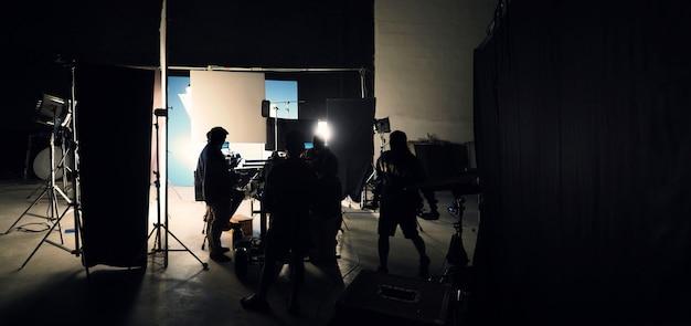 Nos bastidores da produção de vídeo ou filme em um grande estúdio e técnica de tela azul ou chroma key