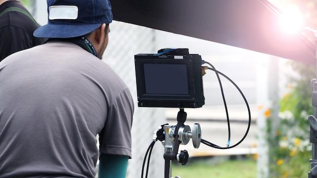 Nos bastidores da produção de vídeos ao ar livre e da equipe de profissionais trabalhando.
