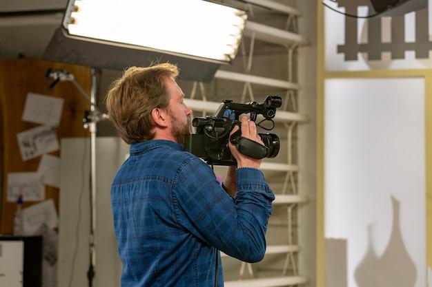 Nos bastidores da produção ou filmagem do vídeo no estúdio com a equipe de câmeras da equipe de filmagem