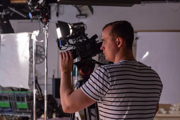 Nos bastidores da produção ou gravação de vídeo em estúdio