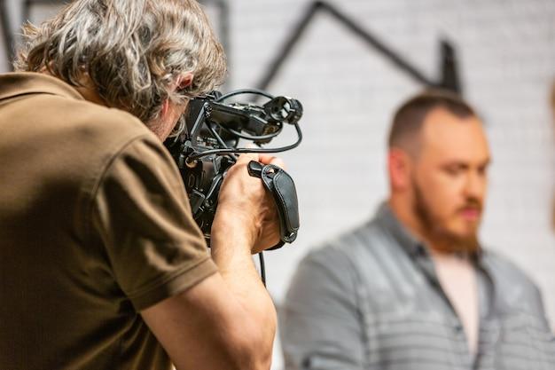 Nos bastidores da produção para gravação de vídeo de equipamento de câmera