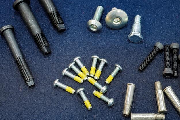Nós de tamanho médio e pequeno industriais, põr sobre a tela azul-preta no alto-vista.