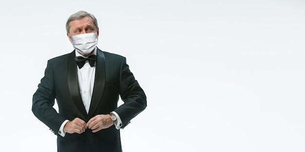 Nós estamos abertos. garçom de homem sênior de elegância em máscara protetora em fundo branco. flyer com copyspace. café, inauguração de restaurante. segurança durante a pandemia de coronavírus. cuidando de hóspedes, clientes.