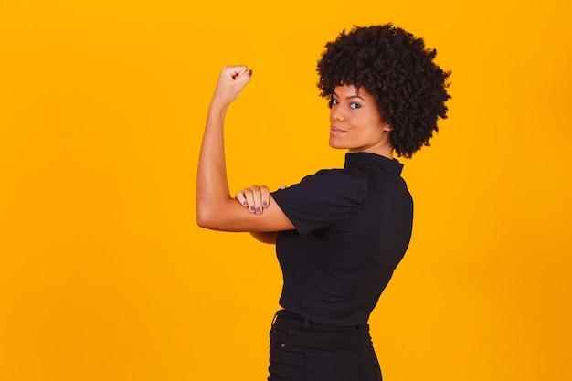 Nós podemos fazer isso. o punho feminino do poder feminino. mulher vítima de racismo. abuso no trabalho. o poder feminino. empoderamento feminino