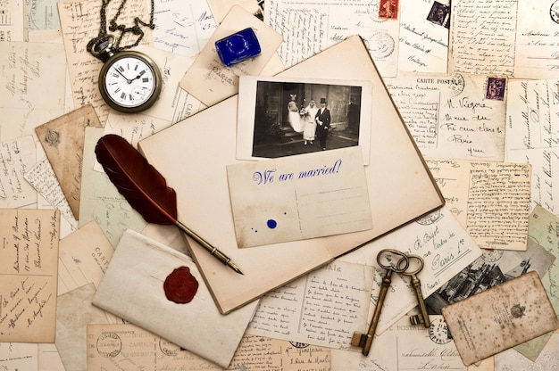 Nós somos casados! fundo nostálgico de casamento vintage com fotos antigas e cartões postais