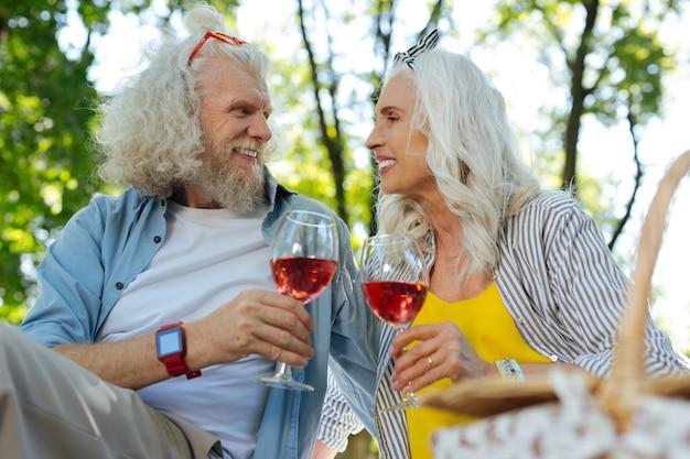 Nosso feriado. casal idoso feliz olhando um para o outro enquanto comemora o aniversário