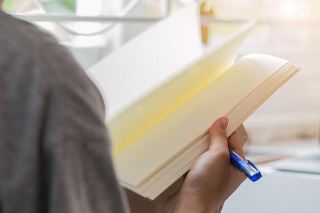 Nota asiática do estudante no caderno ao aprender o estudo em linha. mulher negócio, escrita, planificação