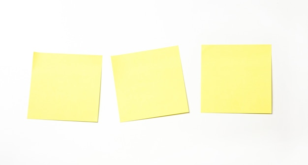 Nota auto-adesiva amarela isolada no fundo branco.