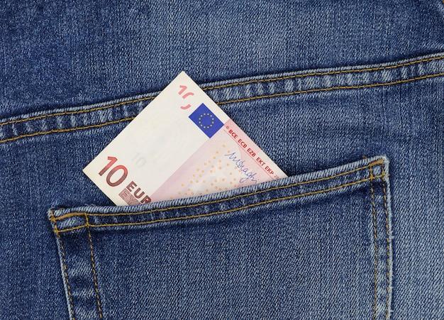 Nota de 10 euros no bolso da calça jeans close-up