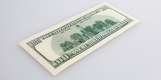 Nota de dinheiro de cem dólares sobre um fundo claro. layout, maquete, local para letras e logotipo.