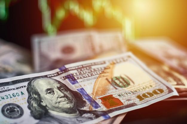 Nota de dólar contra fundo de dados de finanças