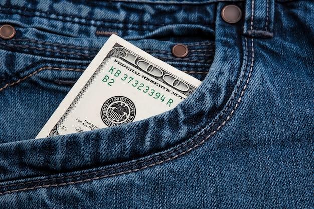 Nota de dólar em dinheiro no bolso da calça jeans