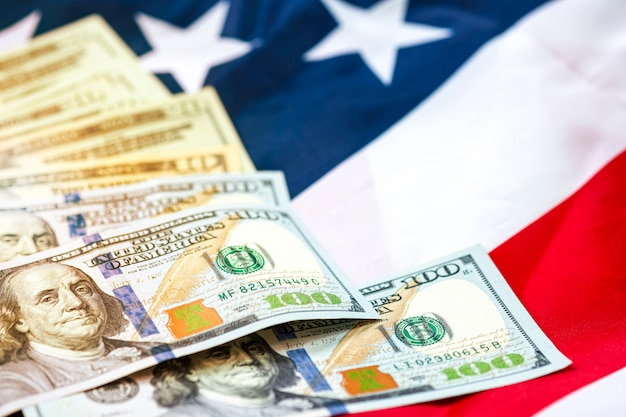 Nota de dólar nos bandeira dos eua. o dólar americano é a principal e popular moeda de troca do mundo. conceito de investimento e economia.