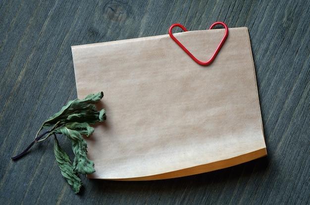 Nota de fundo deuorativny e um clipe de papel em forma de coração