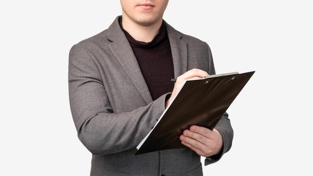 Nota de negócios. lista de verificação do projeto. homem de terno escrevendo na área de transferência, isolado no fundo branco.