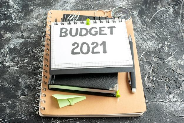 Nota de orçamento de vista frontal em bloco de notas com caneta em fundo escuro